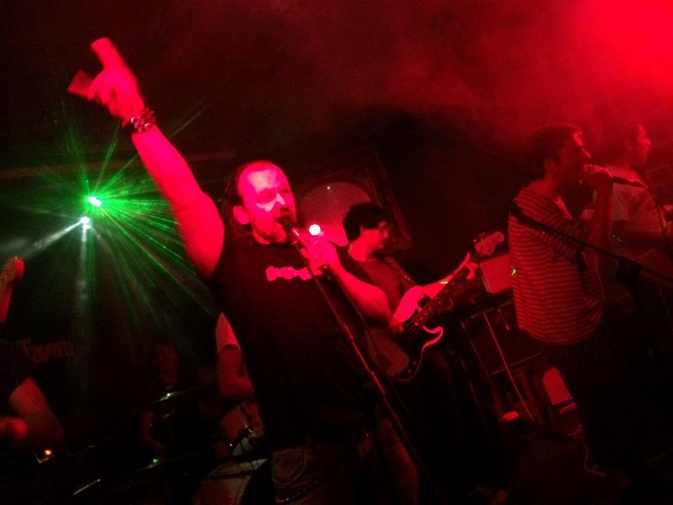 El Cómico Heavy cantando con Pepe Botika